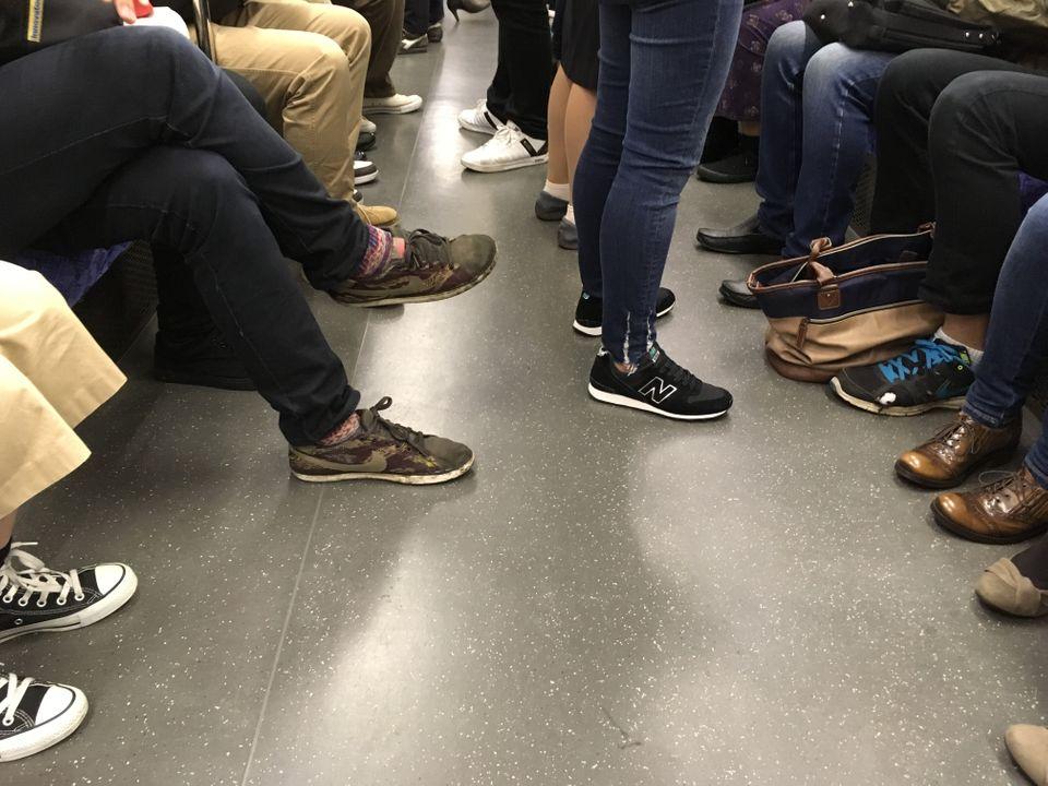 電車で「足を投げ出して座る人」と「運行中に車内を移動する人」迷惑なのはどっち?
