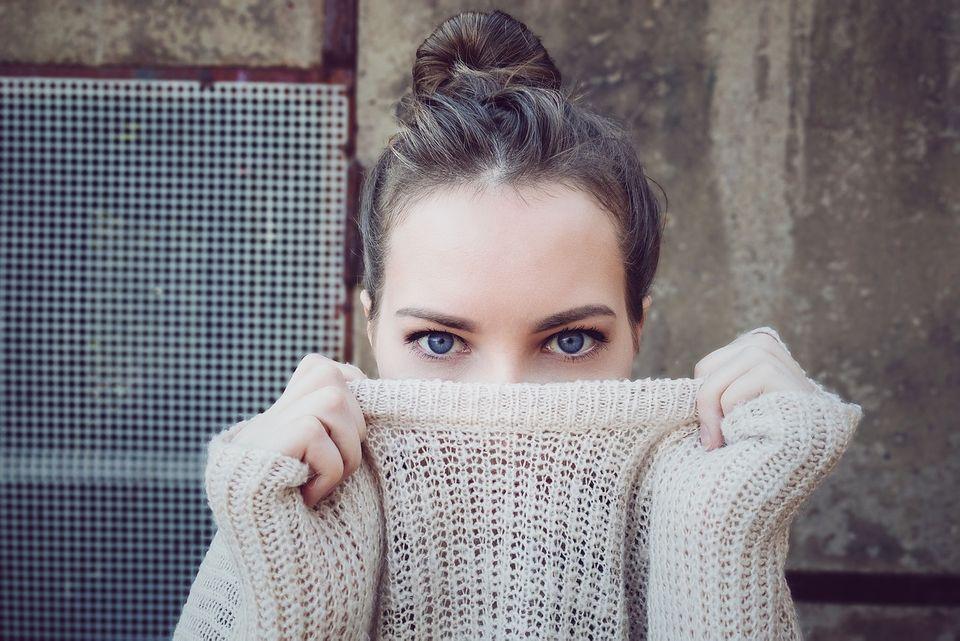 目の動きはどんな心理を示す? 「まばたき」「視線の位置」から分かることとは