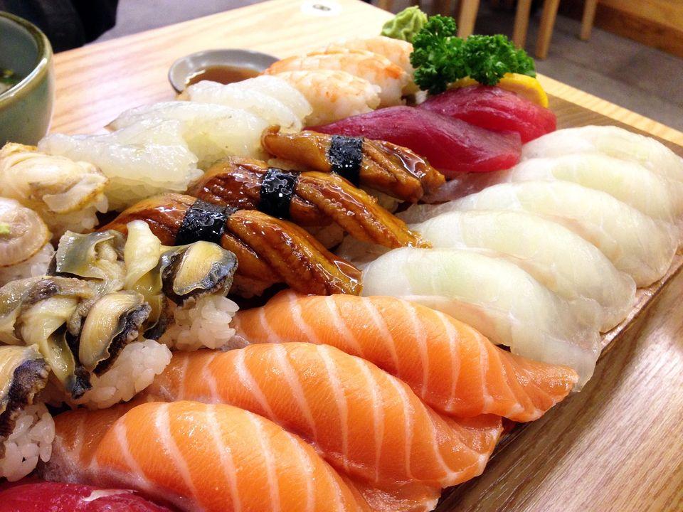 """回転寿司""""Kaiten-zushi""""のマナー、英語ではどう説明すればいい?"""